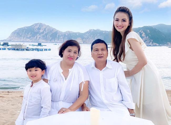Hoa hậu Diễm Hương khoe ảnh hội ngộ bên cha mẹ ruột sau 4 năm bị từ mặt