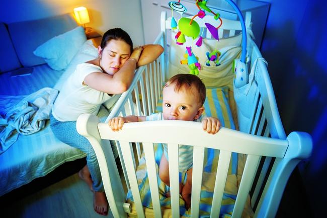 6 điều đặc biệt nên tránh nhưng hầu như mẹ nào cũng làm khi bé thức giấc giữa đêm - Ảnh 1.