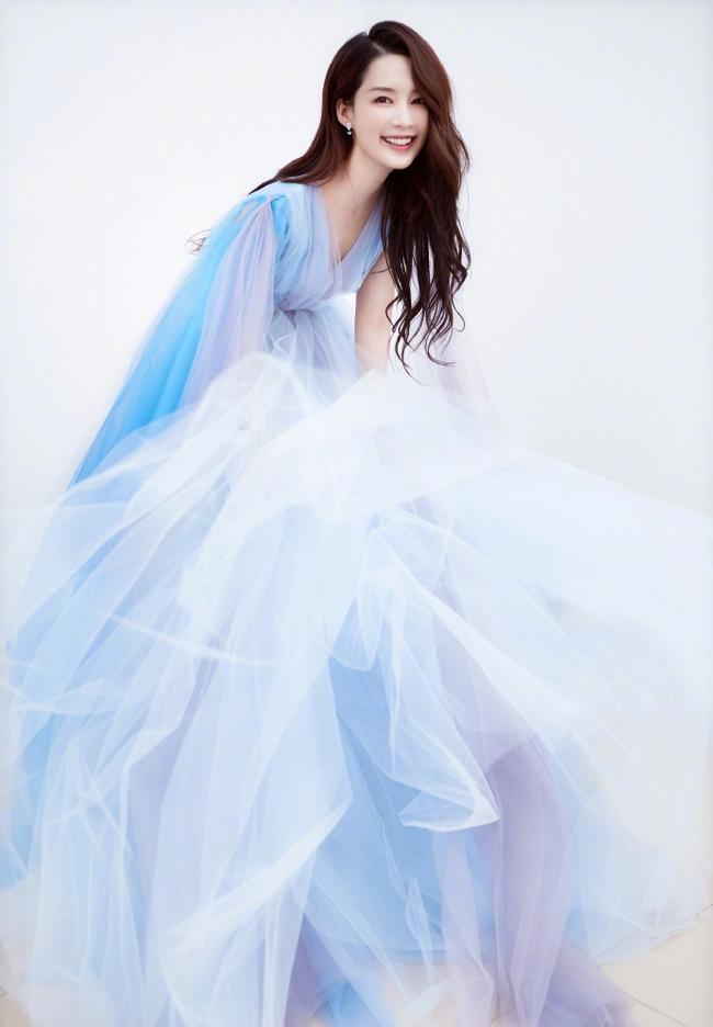 """Dàn mỹ nhân Hoa ngữ """"xúng xính"""" váy áo đọ sắc tại Đêm hội CCTV: """"Mẹ một con"""" Angelababy xinh đẹp thần thái vượt mặt đàn em Quan Hiểu Đồng - Ảnh 9."""