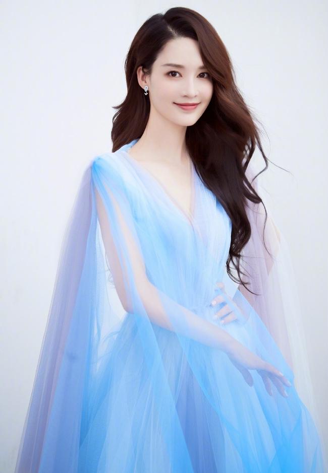"""Dàn mỹ nhân Hoa ngữ """"xúng xính"""" váy áo đọ sắc tại Đêm hội CCTV: """"Mẹ một con"""" Angelababy xinh đẹp thần thái vượt mặt đàn em Quan Hiểu Đồng - Ảnh 10."""