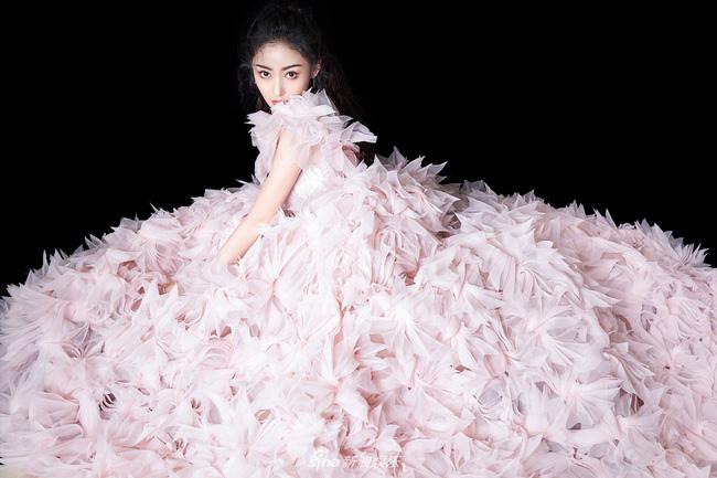 """Dàn mỹ nhân Hoa ngữ """"xúng xính"""" váy áo đọ sắc tại Đêm hội CCTV: """"Mẹ một con"""" Angelababy xinh đẹp thần thái vượt mặt đàn em Quan Hiểu Đồng - Ảnh 6."""