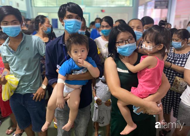 Trung thu của cặp song sinh dính nhau Trúc Nhi - Diệu Nhi và hàng trăm trẻ khác trong bệnh viện nhi đồng - Ảnh 9.