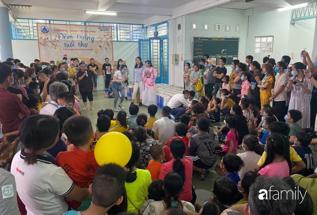 Trung thu của cặp song sinh dính nhau Trúc Nhi - Diệu Nhi và hàng trăm trẻ khác trong bệnh viện nhi đồng - Ảnh 4.