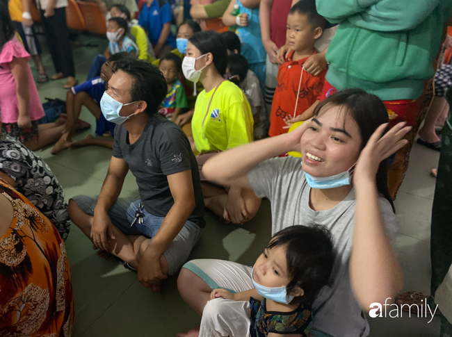 Trung thu của cặp song sinh dính nhau Trúc Nhi - Diệu Nhi và hàng trăm trẻ khác trong bệnh viện nhi đồng - Ảnh 11.