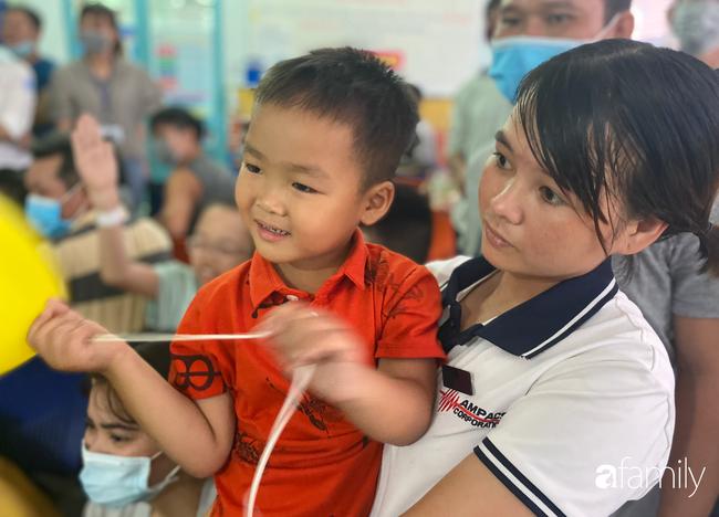 Trung thu của cặp song sinh dính nhau Trúc Nhi - Diệu Nhi và hàng trăm trẻ khác trong bệnh viện nhi đồng - Ảnh 7.