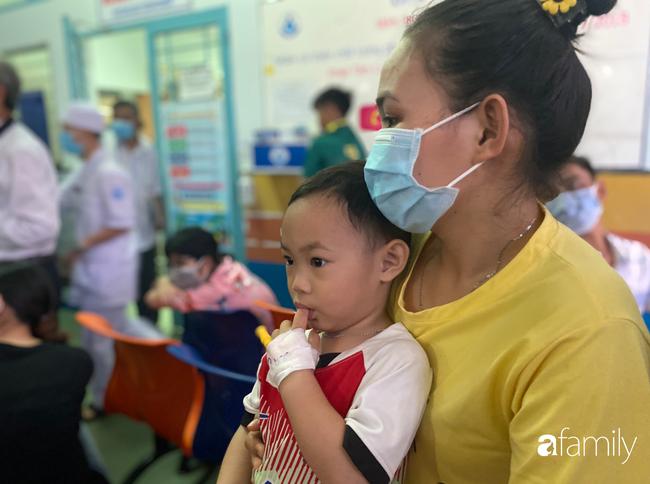 Trung thu của cặp song sinh dính nhau Trúc Nhi - Diệu Nhi và hàng trăm trẻ khác trong bệnh viện nhi đồng - Ảnh 5.