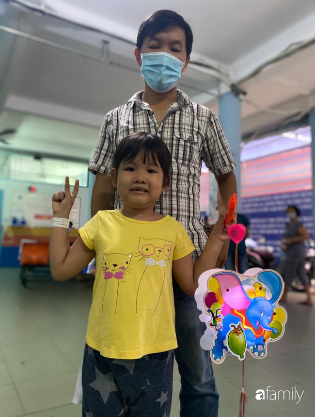 Trung thu của cặp song sinh dính nhau Trúc Nhi - Diệu Nhi và hàng trăm trẻ khác trong bệnh viện nhi đồng - Ảnh 10.