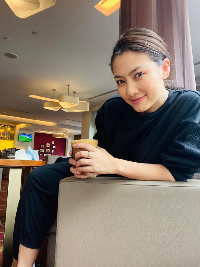 Ngọc Lan tranh thủ chụp hình khi tới Hà Nội.