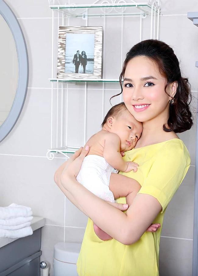 """""""Baby yêu dấu của mẹ, tắm xong là ngủ say sưa à"""", Đinh Ngọc Diệp nói."""