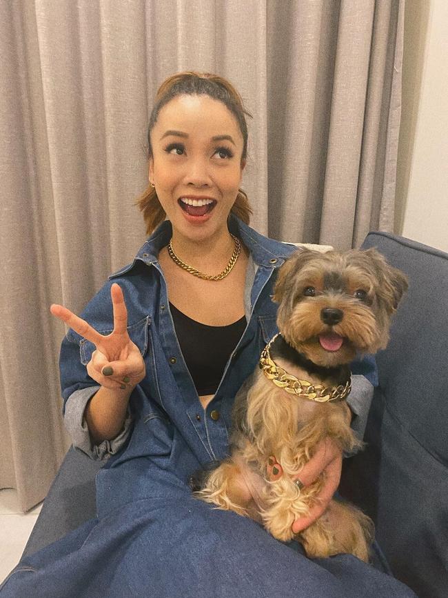 """Yến Trang và cún cưng đeo """"xích cổ"""" giống nhau."""