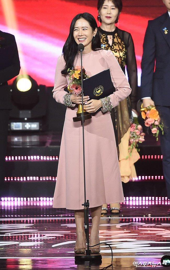 """""""Hạ cánh nơi anh"""" được đề cử giải thưởng lớn: Hyun Bin tranh suất, Son Ye Jin vắng mặt không rõ lý do - Ảnh 7."""