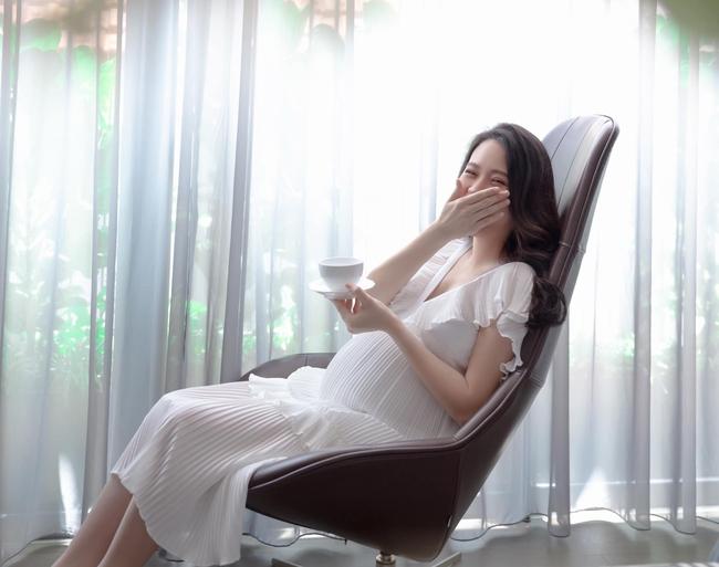 Loạt ảnh mới được tiết lộ của Đàm Thu Trang trước ngày lâm bồn, nhan sắc mẹ bầu đẹp rạng rỡ khiến ai cũng xuýt xoa - Ảnh 8.