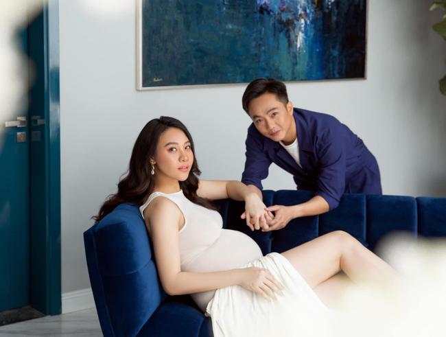 Loạt ảnh mới được tiết lộ của Đàm Thu Trang trước ngày lâm bồn, nhan sắc mẹ bầu đẹp rạng rỡ khiến ai cũng xuýt xoa - Ảnh 6.