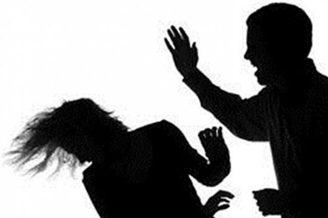 Đưa con đi nhận phần thưởng học sinh giỏi về, chồng tôi giơ thẳng tay tát bé một cái khiến lòng tôi như vỡ vụn - Ảnh 1.