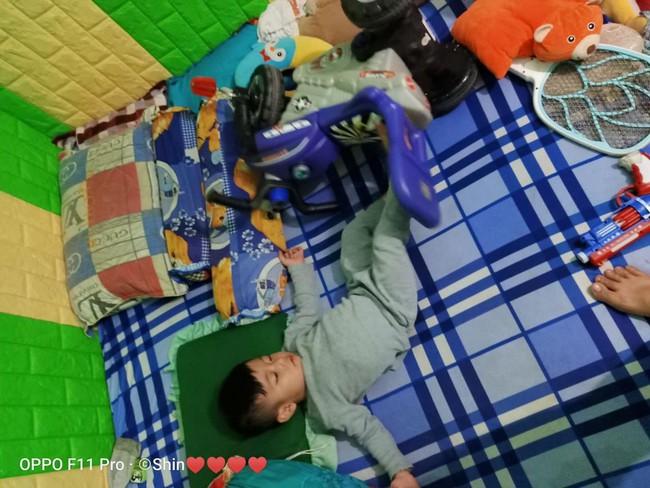 """Vừa tậu bộ đồ chơi mới, bé trai mang không sót thứ gì đi ngủ, dân mạng xem ảnh bồi hồi: """"Tuổi thơ mình cũng như thế"""" - Ảnh 8."""
