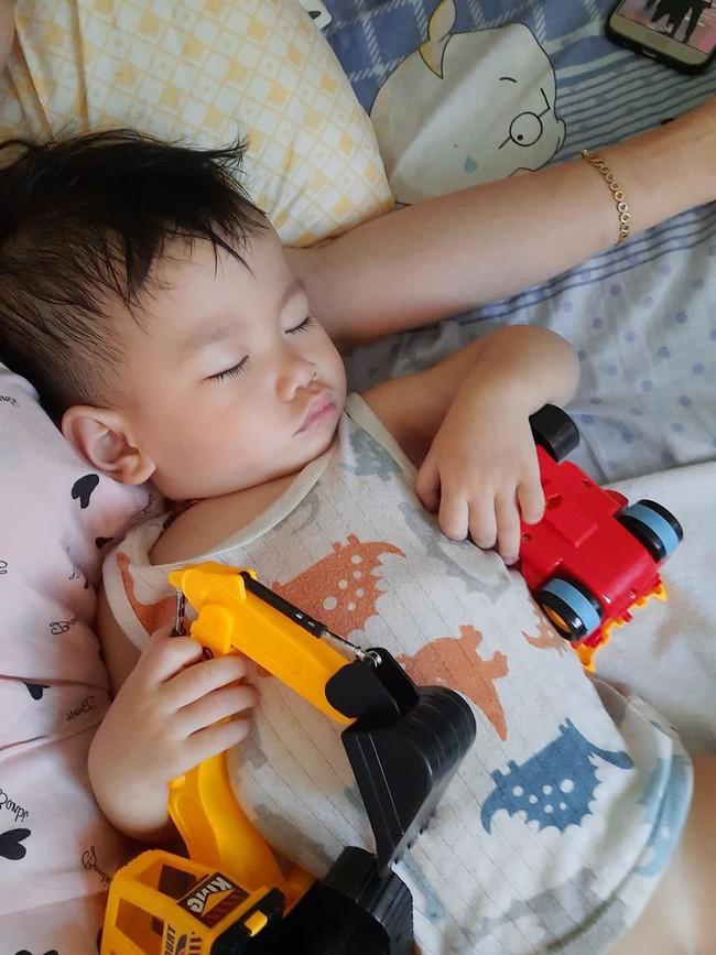 """Vừa tậu bộ đồ chơi mới, bé trai mang không sót thứ gì đi ngủ, dân mạng xem ảnh bồi hồi: """"Tuổi thơ mình cũng như thế"""" - Ảnh 4."""