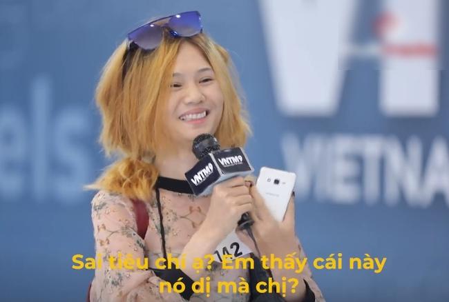 Vietnam's Next Top Model: Võ Hoàng Yến mắng thẳng nữ thí sinh đeo giày vào cổ, vừa nghe điện thoại, xịt nước hoa lúc đi catwalk  - Ảnh 4.