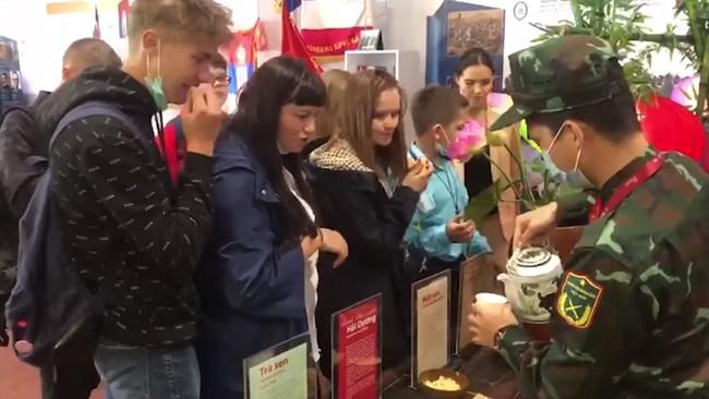 """Series ẩm thực Việt Nam khiến cả hội thao quân sự tại Nga phát cuồng: 600 chả giò rế, 40 cân thịt """"cháy hàng"""", vừa mở quán trà đá - bánh đậu xanh thực khách đã ùn ùn kéo đến! - Ảnh 3."""