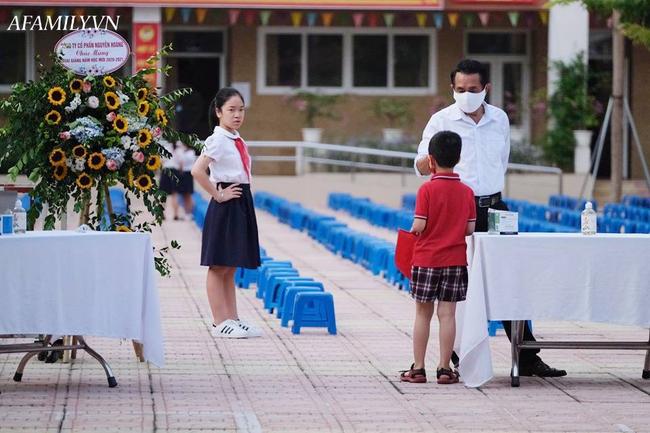 Mùa khai giảng đặc biệt nhất từ trước đến nay: Không bóng bay, không văn nghệ, học sinh dậy sớm hớn hở đến trường để kịp dự lễ - Ảnh 3.