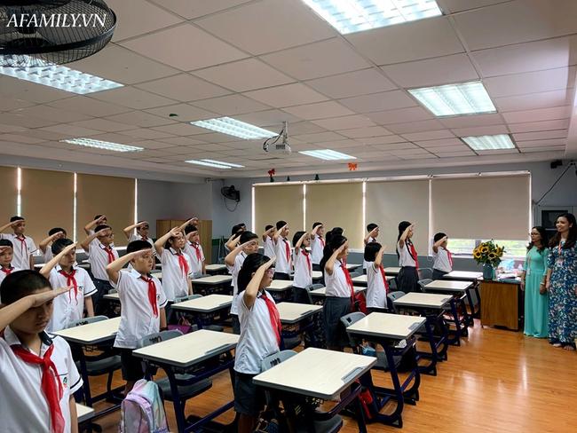 Mùa khai giảng đặc biệt nhất từ trước đến nay: Không bóng bay, học sinh đeo khẩu trang, đo thân nhiệt trước khi vào trường dự lễ - Ảnh 31.