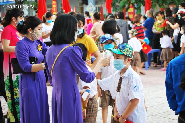 Mùa khai giảng đặc biệt nhất từ trước đến nay: Không bóng bay, học sinh đeo khẩu trang, đo thân nhiệt trước khi vào trường dự lễ - Ảnh 47.