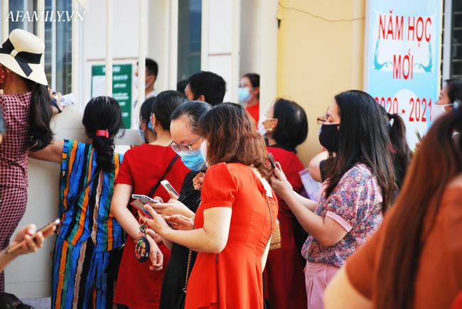 Mùa khai giảng đặc biệt nhất từ trước đến nay: Không bóng bay, học sinh đeo khẩu trang, đo thân nhiệt trước khi vào trường dự lễ - Ảnh 49.