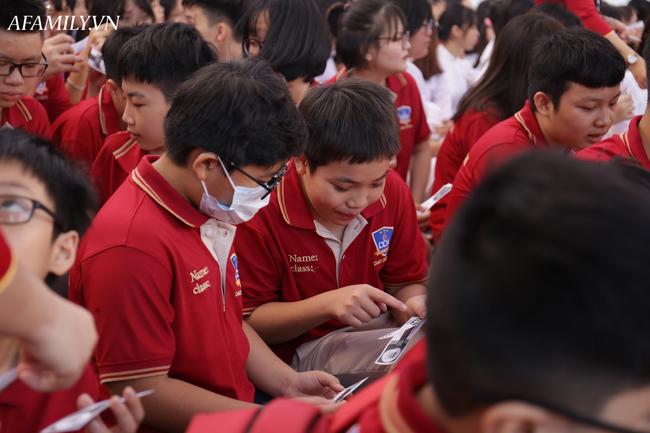Mùa khai giảng đặc biệt nhất từ trước đến nay: Không bóng bay, học sinh đeo khẩu trang, đo thân nhiệt trước khi vào trường dự lễ - Ảnh 20.