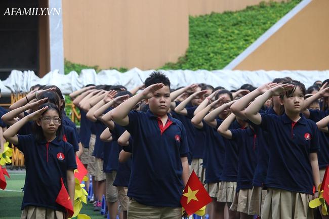 Khai giảng không bóng bay, học sinh đeo khẩu trang, đo thân nhiệt trước khi vào trường dự lễ: Có trường tổ chức 3 điểm cầu trong lễ khai giảng đặc biệt - Ảnh 48.