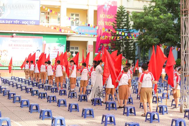 Khai giảng không bóng bay, học sinh đeo khẩu trang, đo thân nhiệt trước khi vào trường dự lễ: Có trường tổ chức 3 điểm cầu trong lễ khai giảng đặc biệt - Ảnh 69.