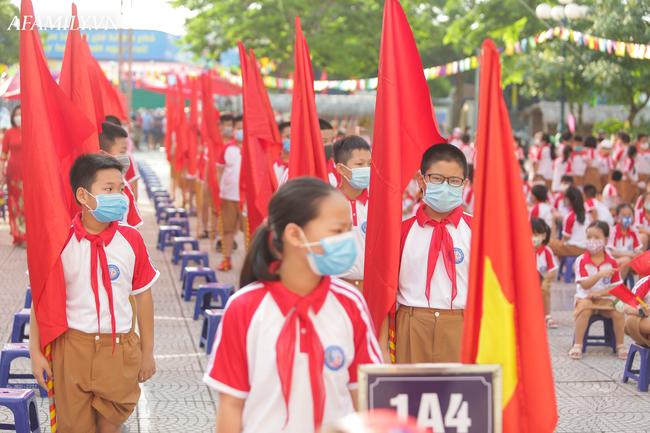 Khai giảng không bóng bay, học sinh đeo khẩu trang, đo thân nhiệt trước khi vào trường dự lễ: Có trường tổ chức 3 điểm cầu trong lễ khai giảng đặc biệt - Ảnh 70.