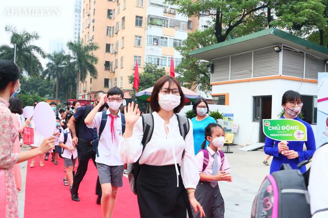 Khai giảng không bóng bay, học sinh đeo khẩu trang, đo thân nhiệt trước khi vào trường dự lễ: Có trường tổ chức 3 điểm cầu trong lễ khai giảng đặc biệt - Ảnh 35.