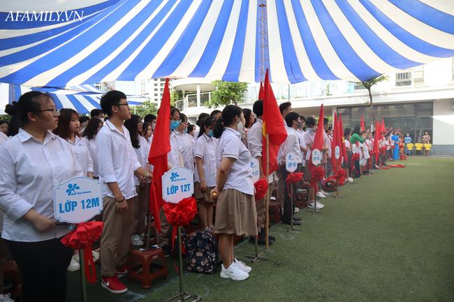 Khai giảng không bóng bay, học sinh đeo khẩu trang, đo thân nhiệt trước khi vào trường dự lễ: Có trường tổ chức 3 điểm cầu trong lễ khai giảng đặc biệt - Ảnh 65.