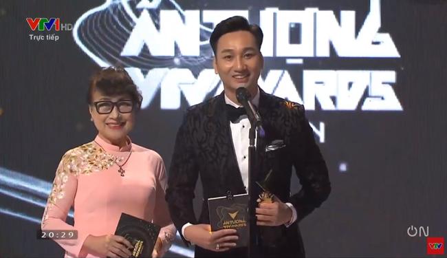VTV Awards 2020: Giải thưởng BTV dẫn chương trình ấn tượng nhất gọi tên Việt Hoàng - chàng trai nhiều muối nhất VTV24 - Ảnh 1.