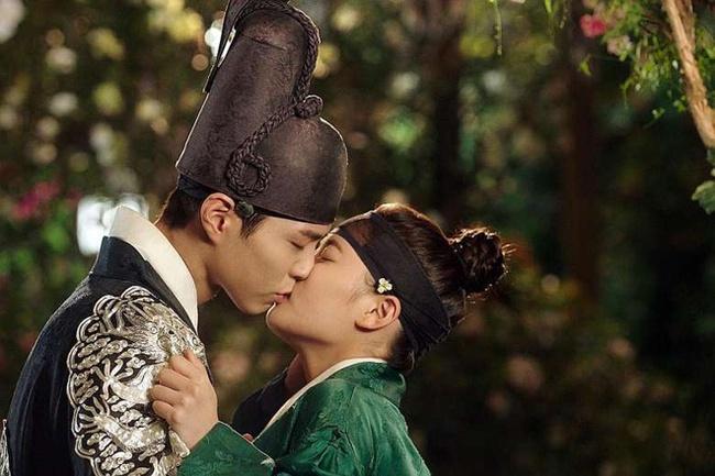 Loạt phim Hàn nhận lệnh phạt vì nhiều lý do: Ji Chang Wook khỏa thân đánh nhau, Kim Soo Hyun để gái xinh sờ soạng văng tục - Ảnh 9.