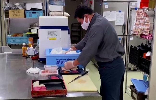 Nhà hàng sushi 60 năm tuổi ở Nhật gây sốt vì thuê VĐV thể hình làm shipper, cởi trần khoe múi khi đi giao đồ ăn cho khách - Ảnh 1.