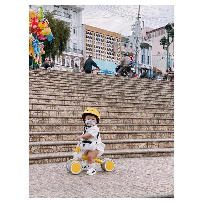 """Bộ ảnh """"Ủn xe 1 vòng Đà Lạt"""" của cậu nhóc 11 tháng tuổi khiến dân mạng thích thú thốt lên: """"Cute lạc lối là có thật"""" - Ảnh 7."""