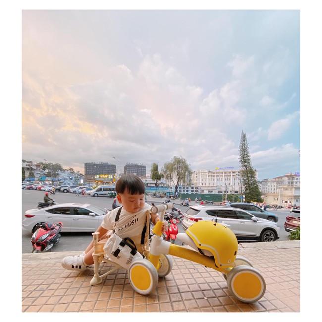 """Bộ ảnh """"Ủn xe 1 vòng Đà Lạt"""" của cậu nhóc 11 tháng tuổi khiến dân mạng thích thú thốt lên: """"Cute lạc lối là có thật"""" - Ảnh 11."""