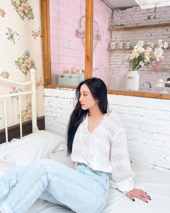 """Jun Vũ bày tỏ: """"Có những người mang danh nghĩa độc thân rất lâu mà không yêu ai, không phải vì họ muốn độc thân mà vì trong tim họ luôn có một người không bao giờ thuộc về mình""""."""