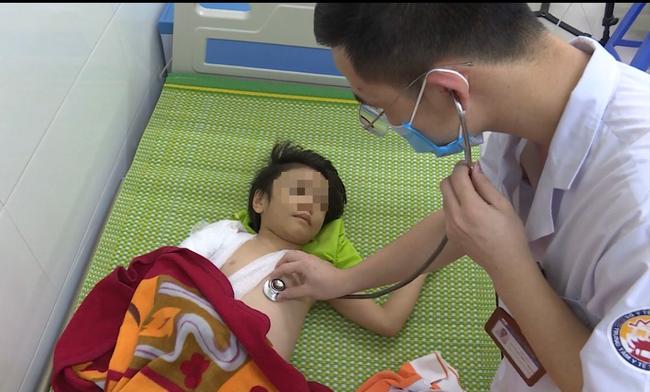 Bắc Ninh: Giải cứu bé gái 6 tuổi bị bố đẻ bạo hành nhiều ngày - Ảnh 2.