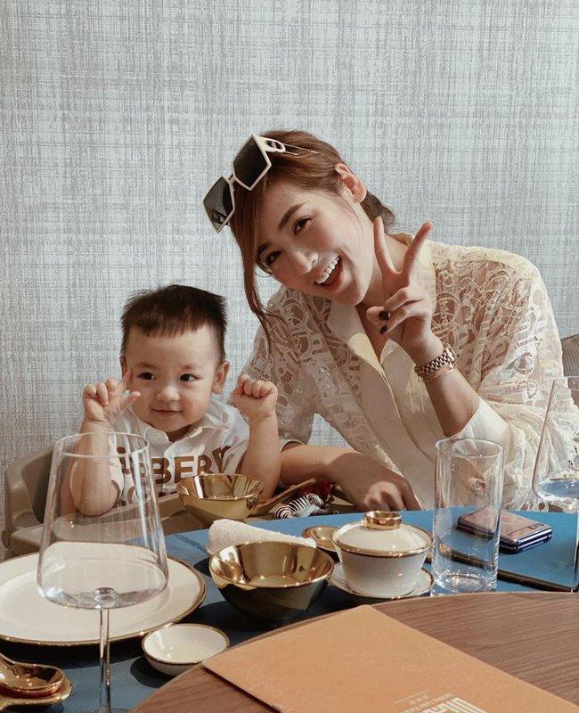Con trai Dương Tú Anh càng lớn càng đáng yêu.