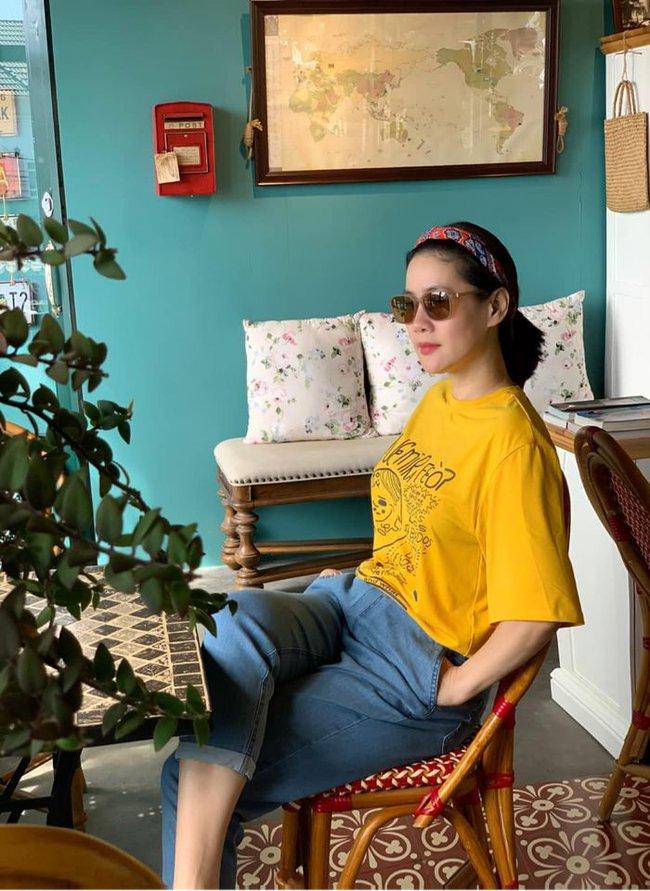 Thân Thúy Hà tranh thủ chụp hình sống ảo khi đi cà phê thư giãn.