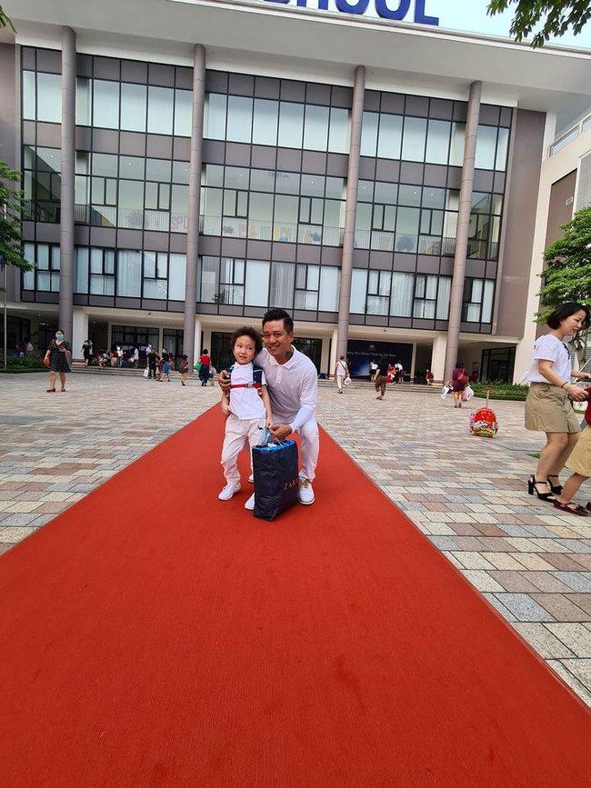 Dàn sao Việt đưa con vào lớp 1: Con trai Tuấn Hưng được khen dạn dĩ, đáng chú ý nhất là 1001 dụng cụ mang theo đi học của con gái diễn viên Hạnh Thuý  - Ảnh 2.