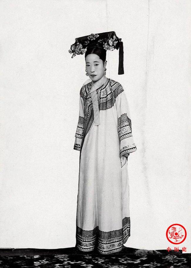 Loạt ảnh cũ về hậu cung của Hoàng đế Quang Tự triều nhà Thanh: Hoàng hậu lưng gù, phi tần có vóc dáng mũm mĩm - Ảnh 3.