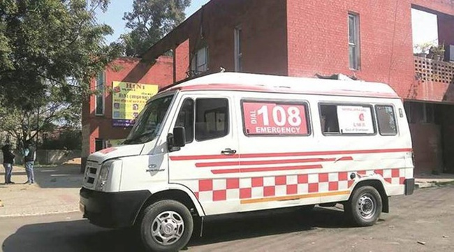Tài xế xe cứu thương cưỡng hiếp bệnh nhân Covid-19 trên đường đến bệnh viện - Ảnh 2.