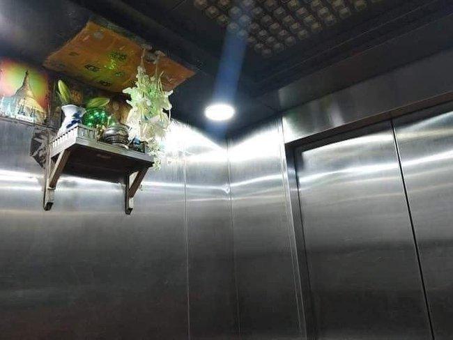 """Anh chàng lạnh gáy khi thấy bàn thờ đặt chễm chệ trong thang máy, dân mạng cũng bị dọa """"mất vía"""": Thà đi thang bộ còn hơn! - Ảnh 1."""