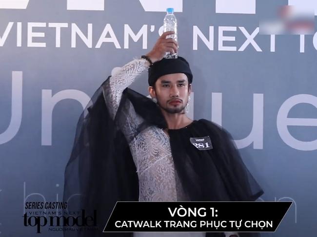 """""""Vietnam's Next Top Model"""": Thí sinh người lai lên đồ lồng lộn, còn đội chai nước lên đầu đi catwalk khiến Võ Hoàng Yến phải đứng ra chỉ dạy - Ảnh 1."""