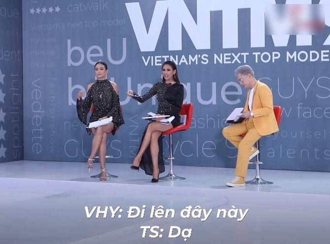 """""""Vietnam's Next Top Model"""": Thí sinh người lai lên đồ lồng lộn, còn đội chai nước lên đầu đi catwalk khiến Võ Hoàng Yến phải đứng ra chỉ dạy - Ảnh 7."""
