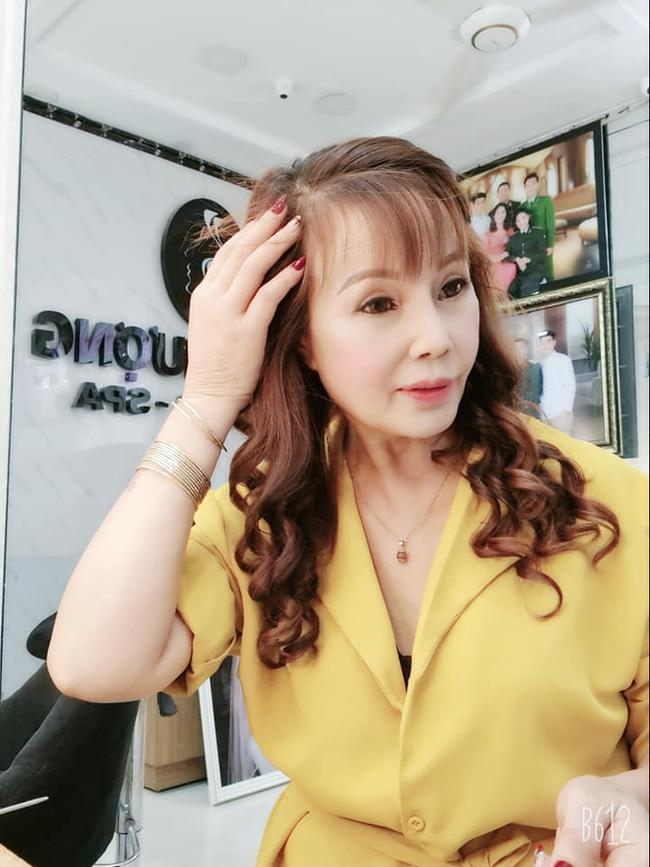 """Cô dâu 63 tuổi ở Cao Bằng khoe ảnh mặc váy trắng kỷ niệm 2 năm ngày cưới, cư dân mạng ngao ngán thở dài với biểu cảm """"quá lố"""" của hai vợ chồng - Ảnh 4."""