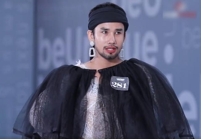"""""""Vietnam's Next Top Model"""": Thí sinh người lai lên đồ lồng lộn, còn đội chai nước lên đầu đi catwalk khiến Võ Hoàng Yến phải đứng ra chỉ dạy - Ảnh 2."""