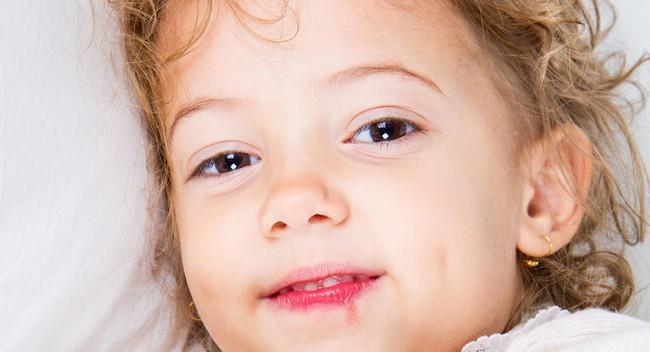 Chuyên gia tiết lộ trẻ bị ốm như nào mới nên ở nhà, cha mẹ đang nuôi con nhỏ cần chú ý ngay - Ảnh 2.